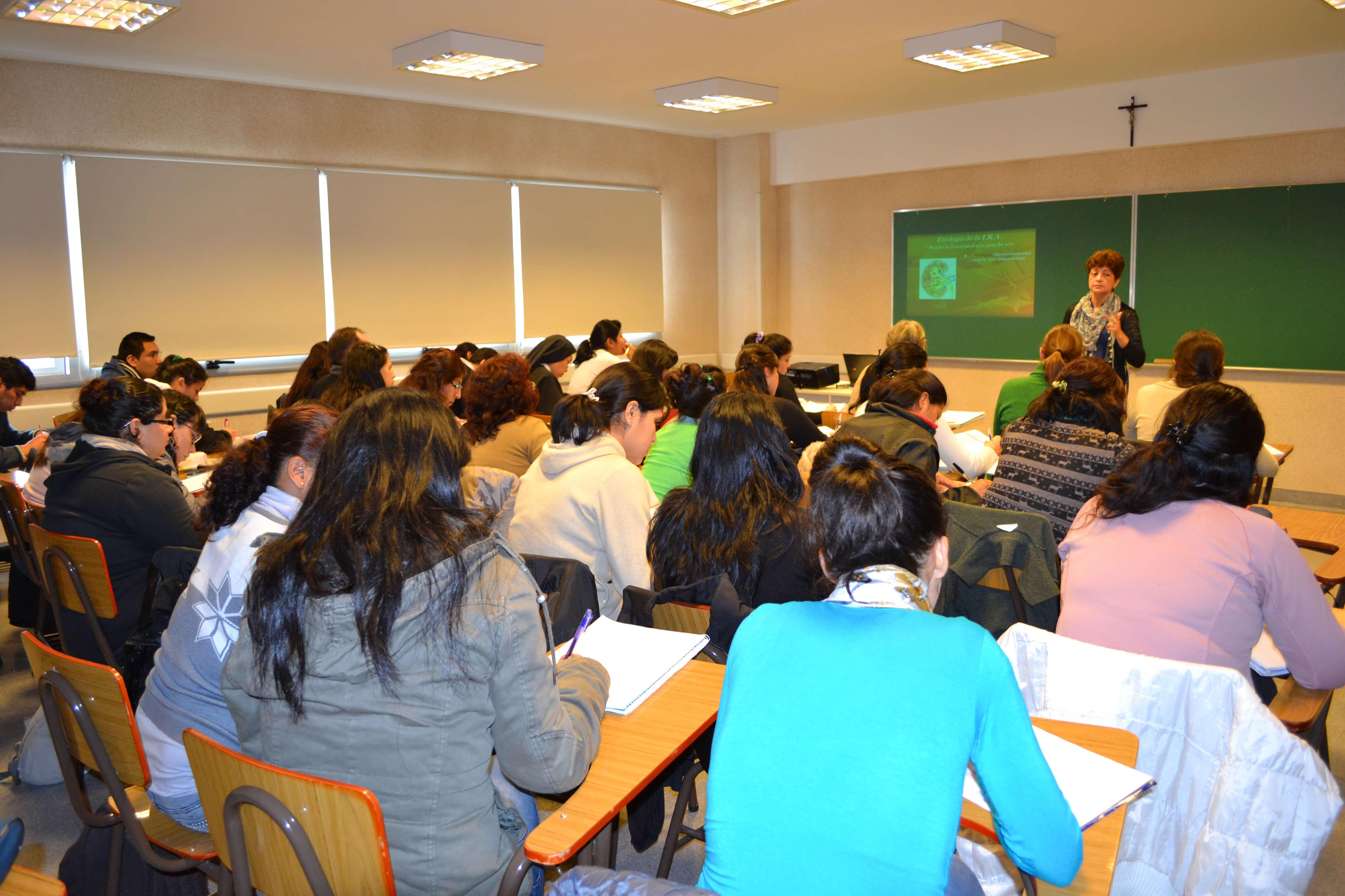 Profesora dictando clase en el Instituto Padre Luis Tezza